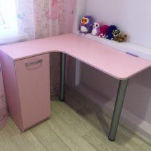 Стол компьютерный в детскую комнату из лдсп