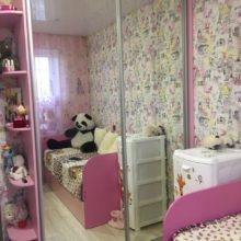 Шкаф-купе в детскую из лдсп розового с зеркальными дверями