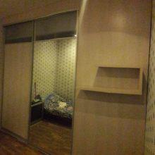 Шкаф купе перегородка в комнате с зеркалом