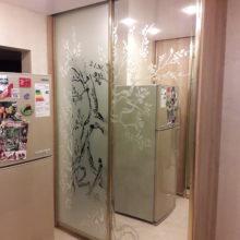шкаф купе с зеркалом и пескоструйным рисунком