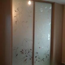 Шкаф-купе с пескоструйным рисунком в спальную комнату