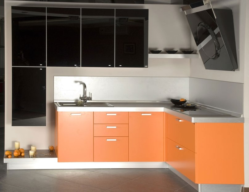 Оранжевая кухня с белым акрил фото