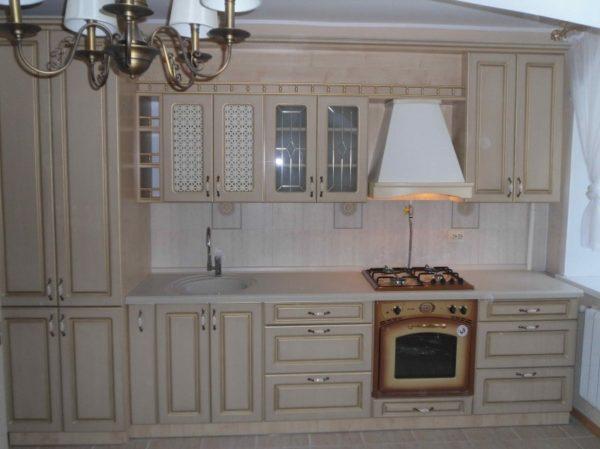 Кухня классика прямая, цвет - ясень белый патина золото - Вариант № 1
