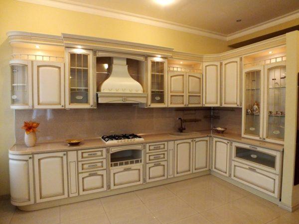 Кухня классика угловая, цвет - ясень бежевый патина золото — Вариант № 11