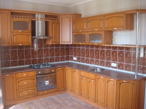Кухня угловая, цвет - орех патиной коричневая — Вариант № 28