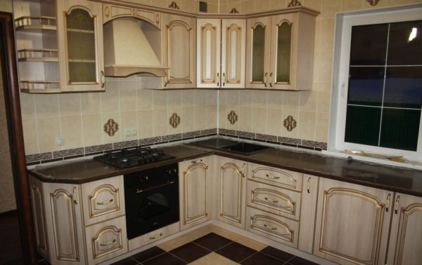 Кухня классика угловая, цвет - ясень белый патина золото - Вариант № 3