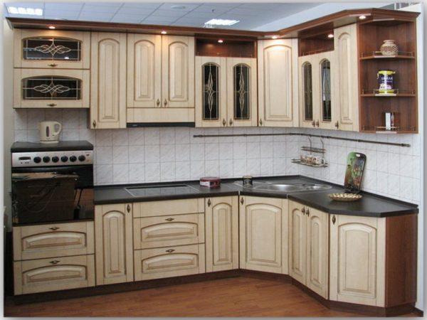 Кухня классика угловая, цвет - ясень бежевый патина серебро - Вариант № 4