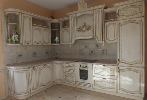 Кухня классика угловая, цвет - ясень белый патина золото - Вариант № 9