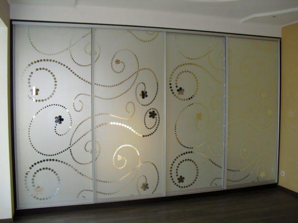 Шкаф-купе четырехдверный с Пескоструйным рисунком на зеркале - Вариант № 12