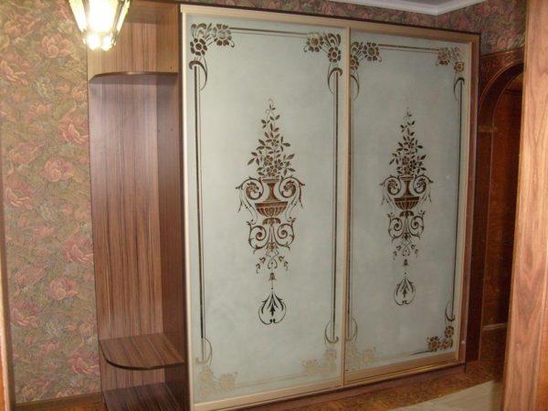 Шкаф-купе двухдверный с Пескоструйным рисунком на зеркале - Вариант № 14
