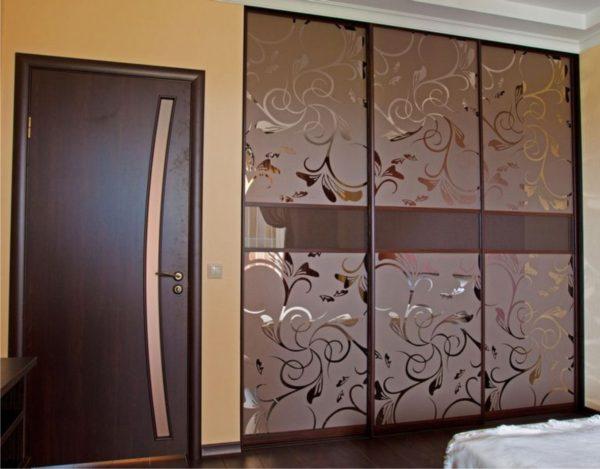 Шкаф-купе трехдверный с Пескоструйным рисунком на бронзовом зеркале - Вариант № 3