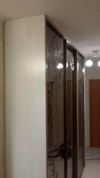 Шкаф-купе с Пескоструйным рисунком на зеркале трехдверный- Вариант № 26