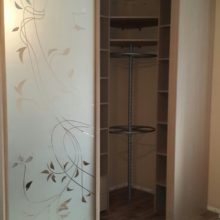 Шкаф купе с вращающимся механизмом для одежды в спальную комнату