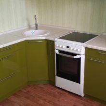 кухня угловая молочная с зеленым