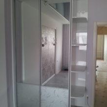 Шкаф-купе зеркальные двери с угловыми полками