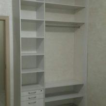 Шкаф-купе с багетом в спальную комнату, внутреннее расположение полок и ящиков