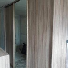 шкаф купе в спальную комнату трехдверный с зеркалом по середине
