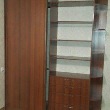 Шкаф-купе в спальную комнату с ящиками из лдсп орех