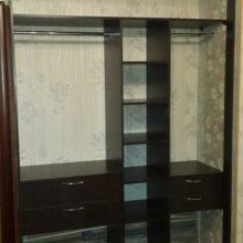 Шкаф встраиваемый в спальную комнату из лдсп венге темный