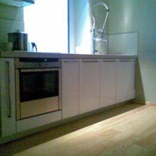 Кухня прямая белая с колонной под технику
