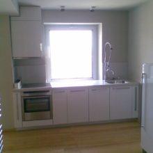 Кухня прямая белая с колонной под встраиваемую технику