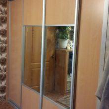Шкаф-купе в гостиную комнату с зеркалом из лдсп