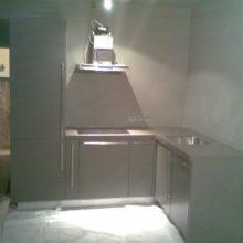 Кухня с встроенным холодильником угловая
