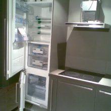 Кухня с встроенным холодильником черная