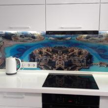 кухня угловая белая с каменной столешницей и фартуком