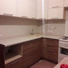кухня угловая молочная с деревом маленькая